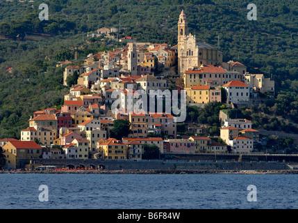 Cervo con la chiesa parrocchiale di San Giovanni Battista, vista dal mare, la Riviera dei Fiori, Liguria, Italia, Europa Foto Stock