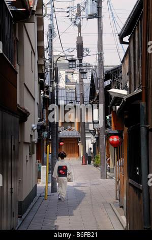 Una Maiko, un tirocinante Geisha, passeggiate in un vicolo del quartiere di Gion di Kyoto, Giappone, Asia Foto Stock