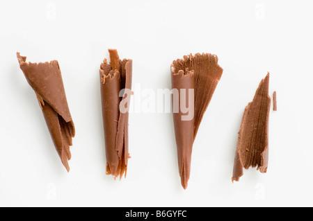 Quattro scaglie di cioccolato su bianco Foto Stock