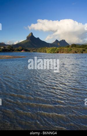 Tamarin Bay con Trois Mamelles e Montagne du Rempart Mauritius Oceano Indiano Foto Stock