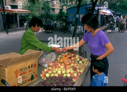 Le donne cinesi, fornitore di frutta, vendita di pesche, pesche fresche, mercati all'aperto, mercato mercato Puhuangyu, Pechino, Municipalità di Pechino, Cina, Asia