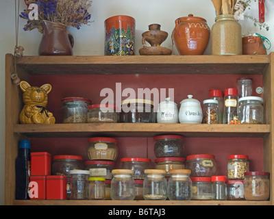 Credenza Con Tazze : Cucina in legno credenza con diversi tipi di bicchieri e tazze