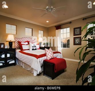 Camera da letto in stile contemporaneo con rosso e accenti di colore bianco Foto Stock