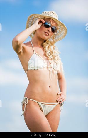 Giovane donna indossa bathsuit e hat Foto Stock