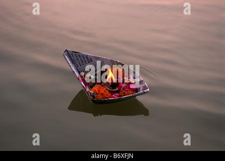 India, Uttar Pradesh, di allahabad, sangam, floating offerte presso la confluenza dei fiumi Gange e yamuna Foto Stock