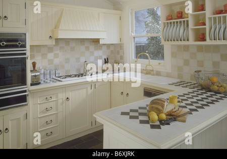 Piastrelle nere il piano di lavoro in cucina di paese con intarsi