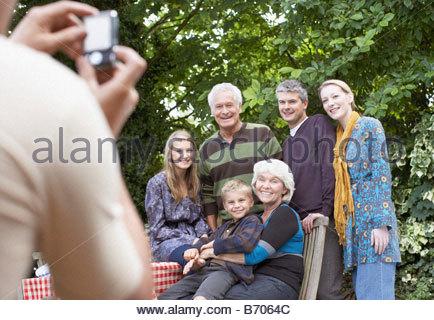 L'uomo prendendo fotografia di famiglia Foto Stock