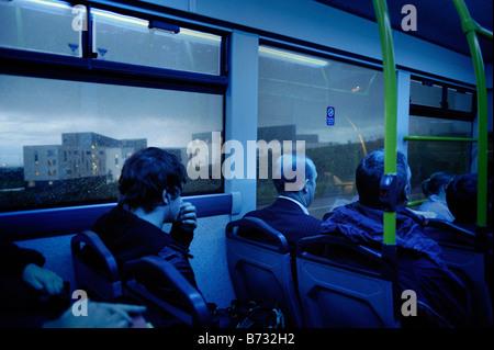 I passeggeri di un autobus illuminato da luce blu nei pressi di Edimburgo in Scozia Foto Stock