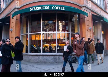 I clienti al di fuori di un Starbucks Coffeehouse in New York sabato 3 gennaio 2009 Frances M Roberts Foto Stock