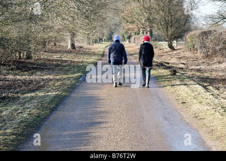 Madre e figlia sulla passeggiata invernale Foto Stock