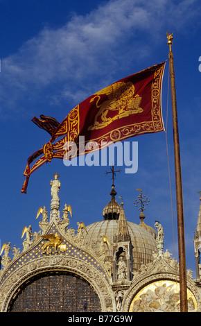 Basilica di San Marco, dettaglio con bandiera, Venezia, Italia e Europa Foto Stock