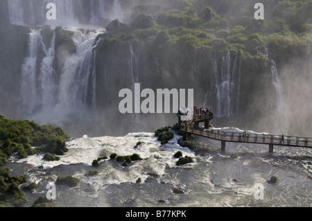 Visitatore passerella a Cascate di Iguazu sui confini di Brasile e Argentina, Sud America Foto Stock