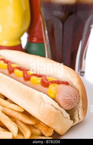 Pasto veloce con hotdog, patatine fritte e una cola Foto Stock