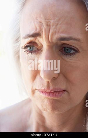 Ritratto di donna Senior guardando ansioso Foto Stock