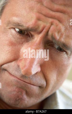 Ritratto di uomo anziano accigliata Foto Stock