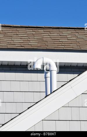 PVC plastica tubazioni di sfiato sul tetto Foto Stock