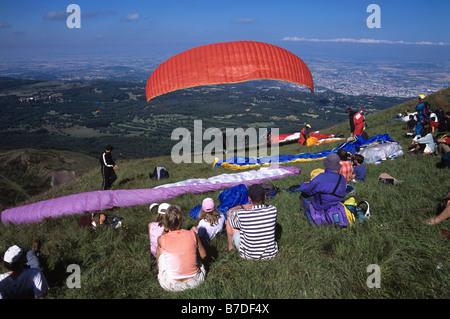 Parapendio Scuola & spettatori, Puy de Dôme, vicino Clermond-Ferrand, Auvergne, Francia