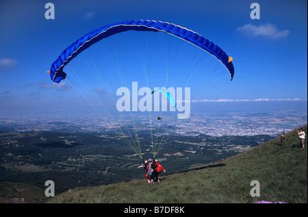 Parapendio decolla da Puy de Dôme picco, vicino Clermond-Ferrand, Auvergne, Francia