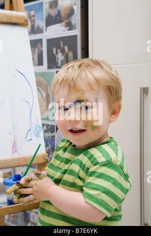 Little Boy con vernice Foto Stock