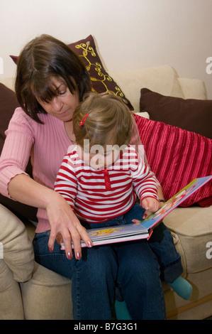 La madre del bambino di insegnamento per leggere la lettura insieme Foto Stock