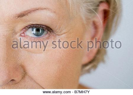 Un ritratto di un attraente donna senior, close-up di occhio Foto Stock