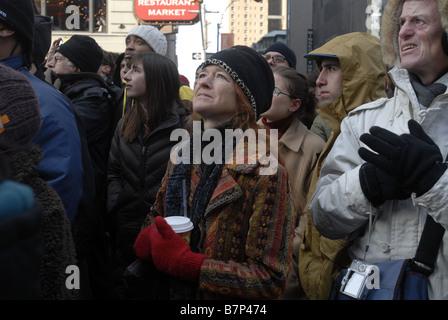Migliaia di persone si riuniscono in Times Square a New York martedì 20 gennaio 2009 per guardare l inaugurazione Foto Stock