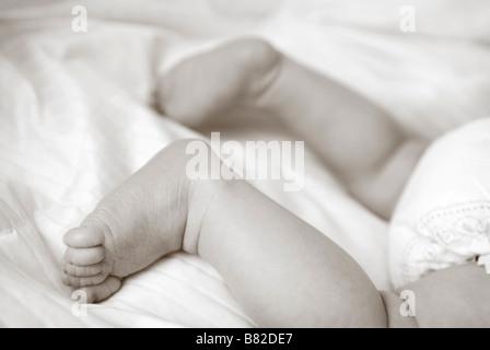 Close up del bambino in piedi e baby fondo Foto Stock
