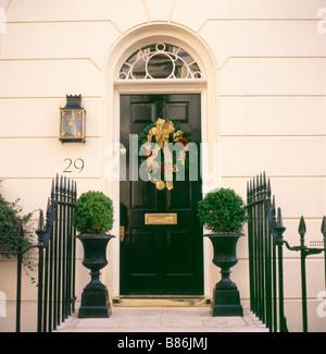 Una ghirlanda di Natale appeso sulla porta anteriore di una casa nel quartiere di Belgravia Londra Inghilterra KATHY DEWITT