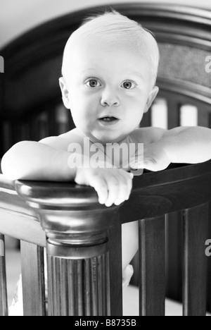Il bambino in piedi nel presepe Foto Stock