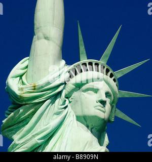 Close up della statua della libertà nel porto di New York Foto Stock
