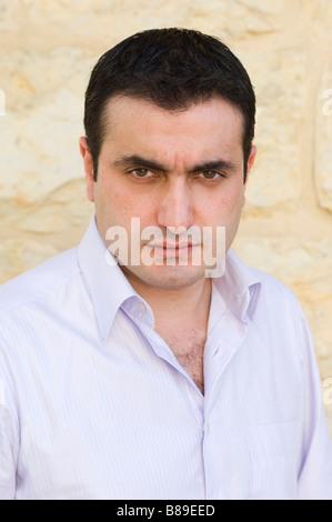 Ritratto di un grave del Medio Oriente un uomo guarda la fotocamera Foto Stock