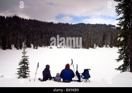 I picnic di famiglia sul Lago di riflessione Snow Wilderness Mt. Rainier National Park
