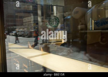 Un Starbucks Coffee shop si vede nella parte inferiore di Manhattan giovedì 19 febbraio 12009 Frances M Roberts Foto Stock