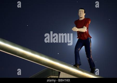 """La scultura denominata """"uomo a piedi """" da Jonathan Borofsky illuminato dalla luna piena. Museo delle Belle Arti Foto Stock"""