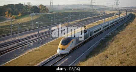 Velocità Eurostar attraverso la sezione del percorso nella parte settentrionale del Kent dove loop di merci sono Foto Stock
