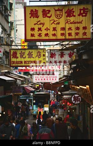 Affollato mercato umido su Gage Street per il distretto centrale di Hong Kong Foto Stock