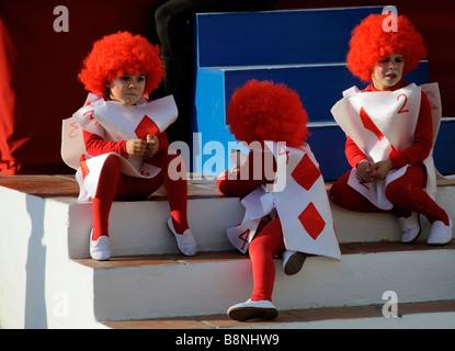 I bambini in costume spagnolo per le feste di carnevale nella cittadina balneare di La Herradura su te Costa Tropical Foto Stock