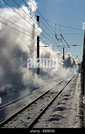 """East Coast Mainline, UK visto da un treno a vapore trainati a velocità da """"Tornado' -Gran Bretagna il nuovissimo Foto Stock"""