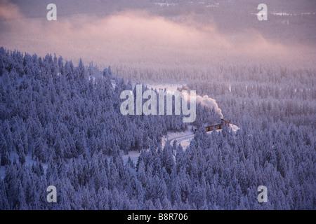 Motore a vapore trian attraversando l'Harz al tramonto in inverno Foto Stock