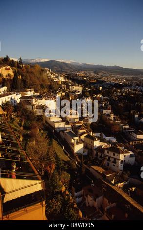 Granada e le cime innevate della Sierra Nevada al tramonto su una giornata autunnale. Foto Stock