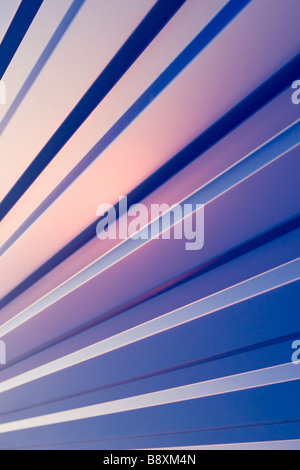 Blu ondulata in lamiera pattern sul tramonto. Foto Stock