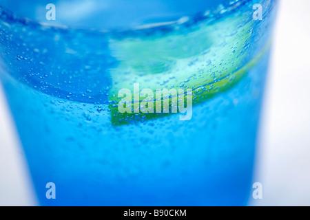 Acqua in vetro blu di close-up. Foto Stock