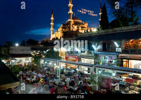 La Moschea Blu o di Sultan Ahmet Mosque 1609 1616 ristorante quartiere di Sultanahmet Istanbul Turchia Foto Stock