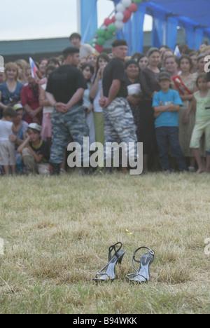 Quasi 10 000 persone erano presenti presso la scuola repubblicana lasciato party in Gudermes Foto Stock