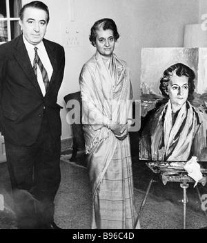 Primo Ministro indiano Indira Gandhi a destra vicino al suo ritratto che fu dipinta da Dmitry Nalbandyan sinistra Foto Stock