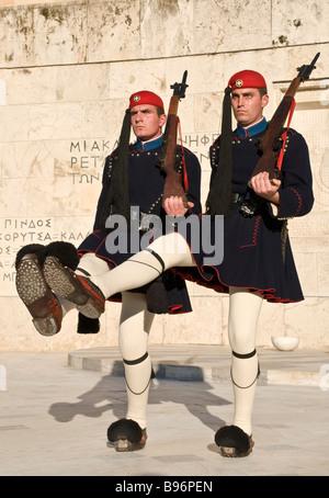 Evzones cambiando la protezione presso la tomba del milite ignoto in Piazza Syndagma nel centro di Atene in Grecia Foto Stock