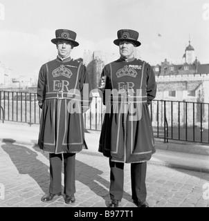 Due yeoman dell'inglese Royal Guard o Beefeaters della Torre di Londra, nel loro spogliarsi unifom in questa foto Foto Stock