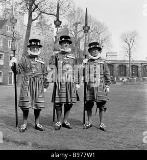 Tre Tower of London Yeomen secondini o Beefeaters in piena cermonial tudor membro permanente del vestito insieme Foto Stock
