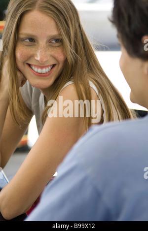 Coppia giovane sorridente ad ogni altro, concentrarsi sulla donna Foto Stock
