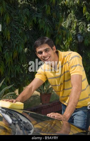 Uomo di lavaggio di un automobile Foto Stock